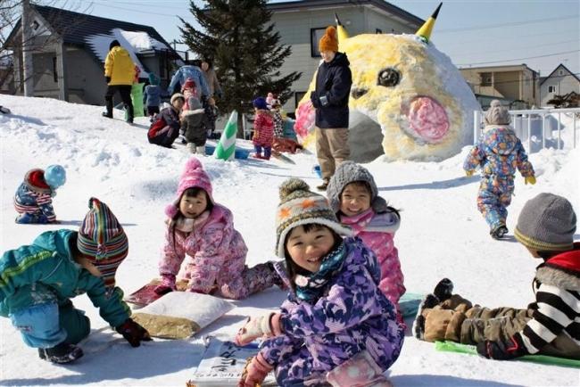 園児の雪遊び盛ん 幕別・札内北保育所