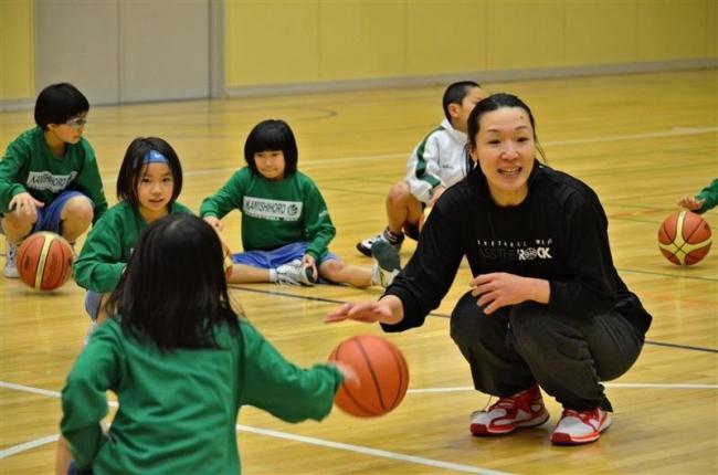 プロの技学ぶ 上士幌小でバスケ女子・元日本代表が指導