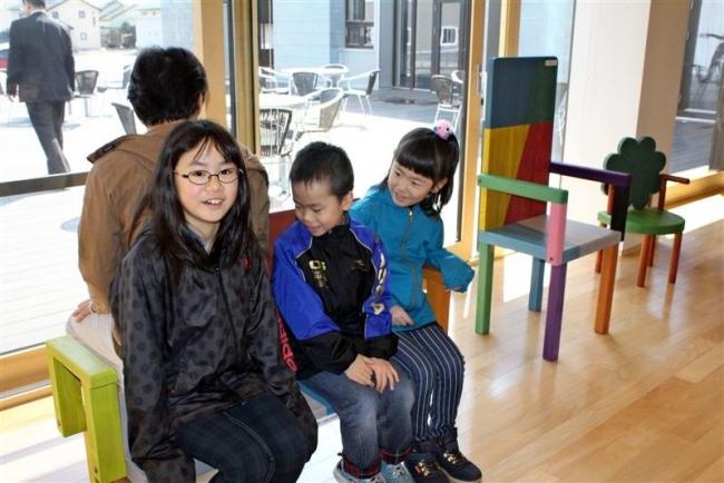 児童デザインの椅子設置 幕別・札内コミプラ
