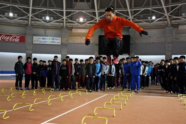 440人塚原氏の指導受けるクレーマー陸上スクール