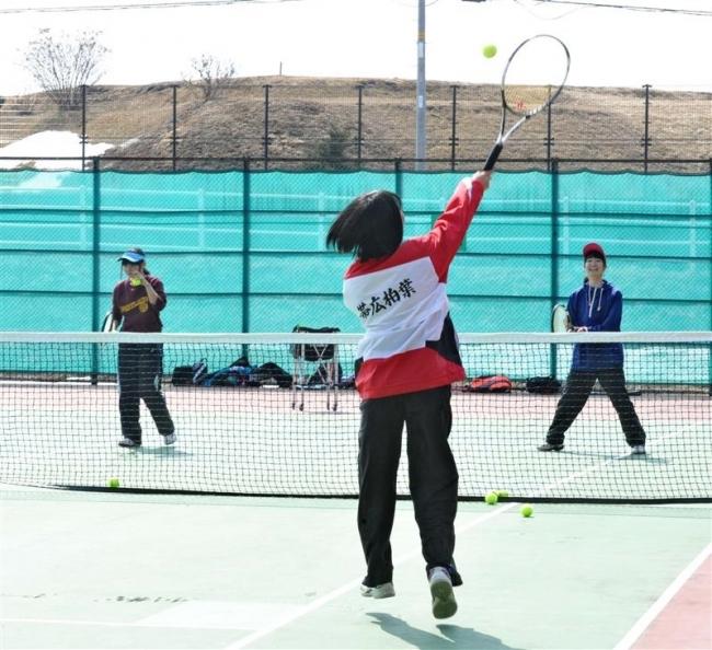 春の日差しの下、帯広南町テニスコートオープン