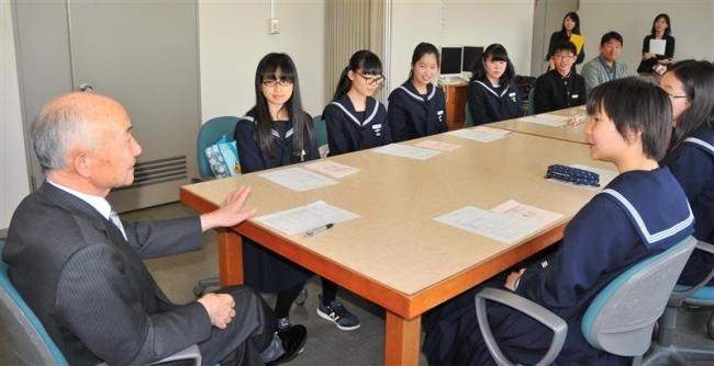 町長に帰町報告 中学生国際交流訪問団 芽室