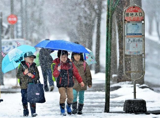 帯広で春の雪 新1年生も傘をさし登校