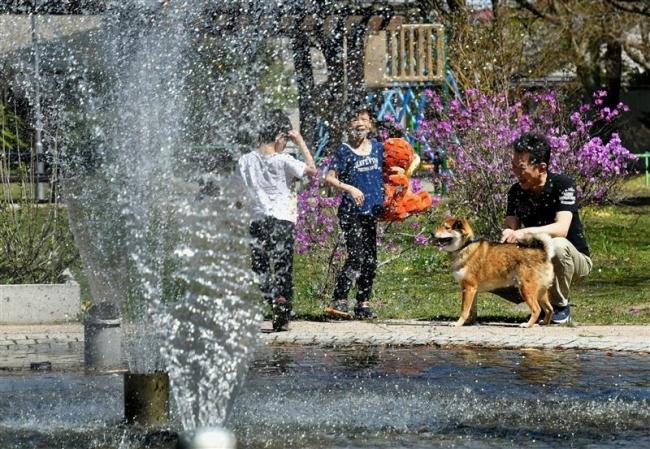 噴水で涼 帯広で2日連続25度超える夏日に