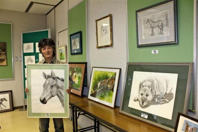 忠類移住11年の蛭川さん 郵便局で動物画展