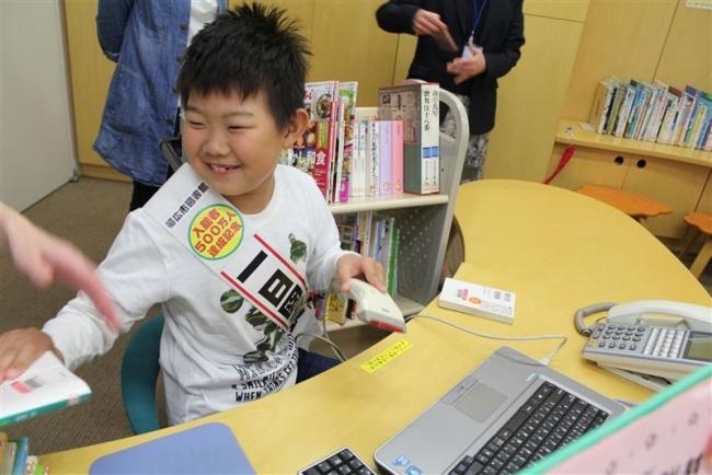 帯広図書館500万人目の脇坂君が「一日図書館長」