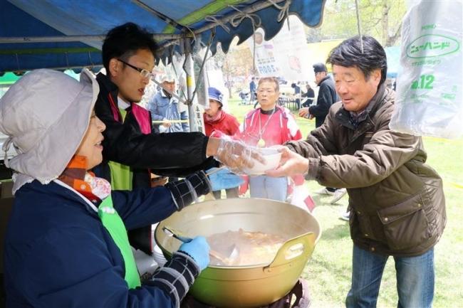 義経鍋に舌鼓 豆製品求め行列も 本別山渓つつじ祭り