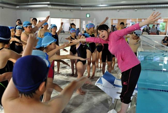 村民プールがオープン 五輪メダリスト田中雅美さんが指導