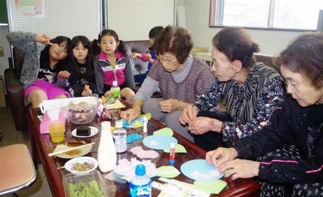 持ち寄りの品で特別喫茶 浦幌 初企画に園児やお年寄り参加
