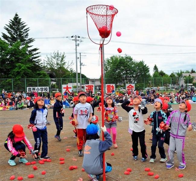 趣向を凝らした競技に大歓声 小学校運動会写真特集