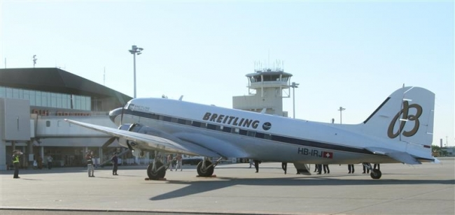 空飛ぶ「レジェンド」 ブライトリングDC-3とかち帯広空港へ