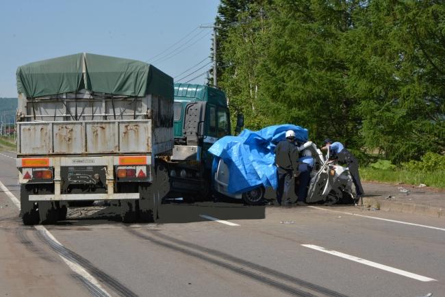 乗用車とトレーラー正面衝突で1人死亡 池田の国道