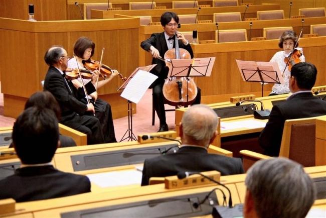 市議会議場でコンサート 100人が観賞