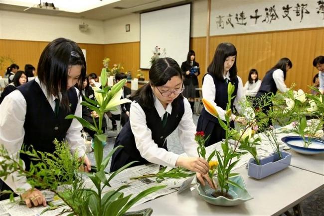 個性合わせて作品づくり 高文連華道部で生け花ライブ