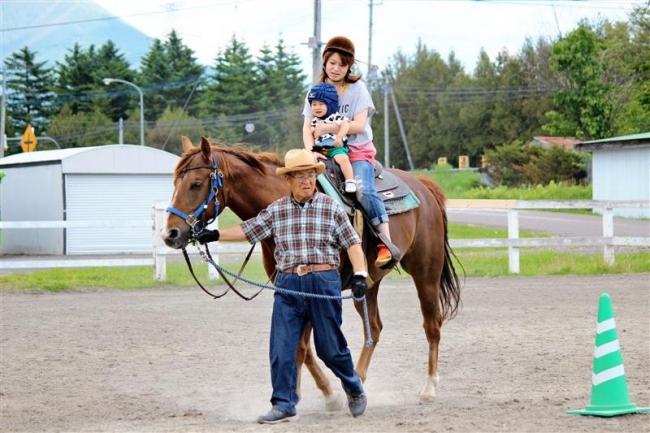 馬との触れ合い楽しむ 鹿追・親子乗馬