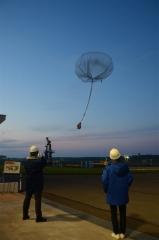 国産気球テープで放球 JAXA、強度を確認 大樹