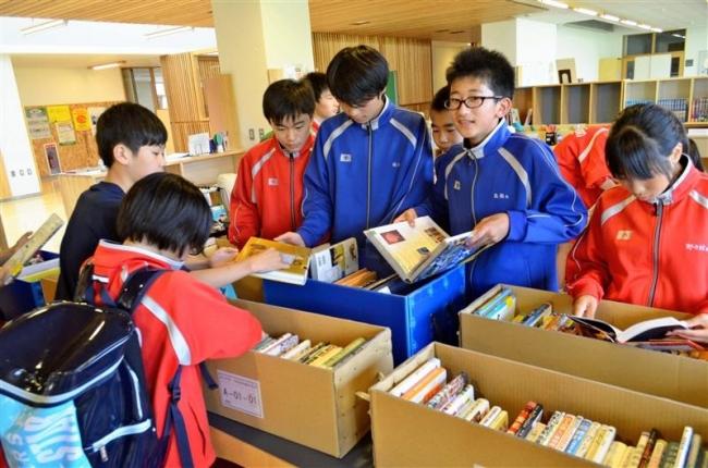 上士幌中学校で図書の選定作業