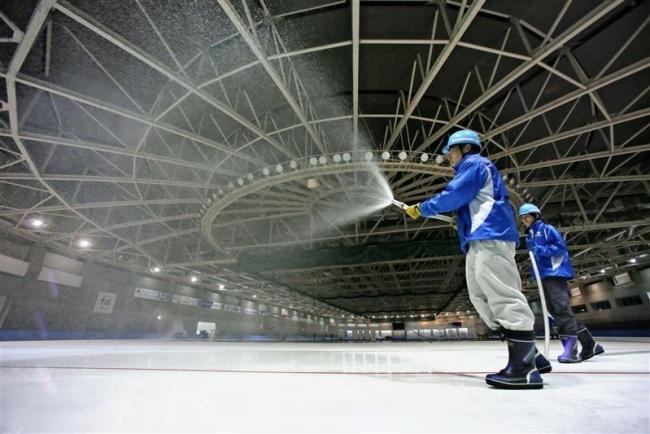 暑さ忘れる製氷作業 十勝オーバルでリンク造り本格化