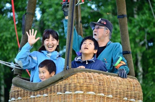 上士幌 萩ケ岡小学校で閉校記念熱気球フライト