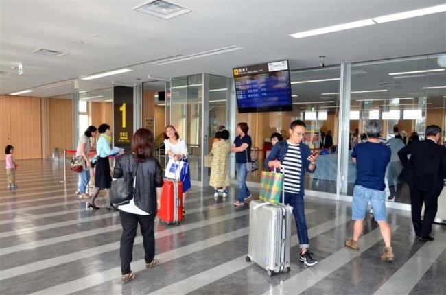 出迎え客に混乱も 国内線初使用の帯広空港ビル増築部分