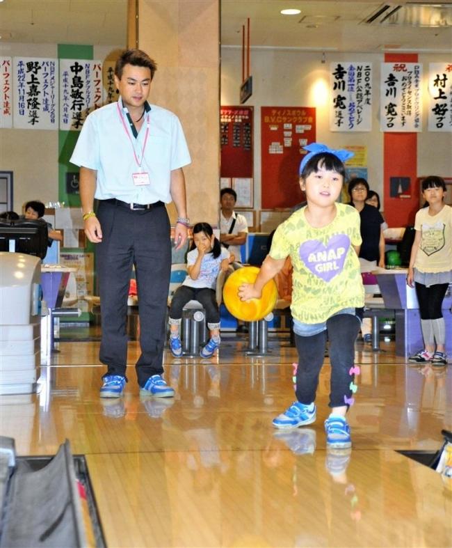 夏休み小学生ボウリング体験、39人プロに教わる
