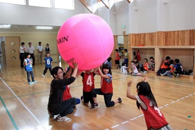 キンボールゲーム楽しむ 士幌 放課後子ども教室