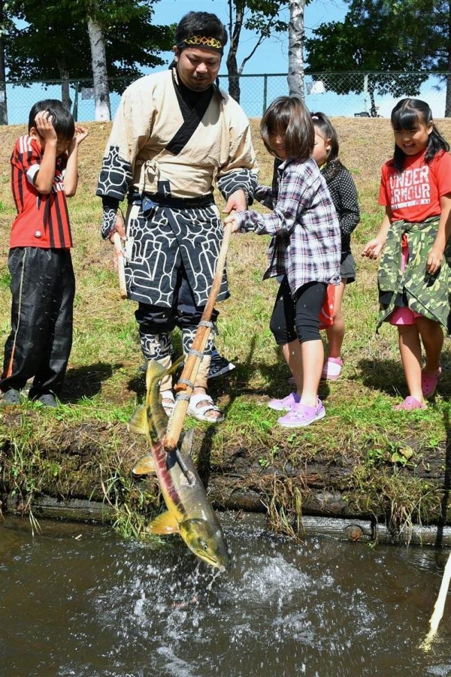 帯広アイヌ協会が初のマレック漁 地域の子どもら体験