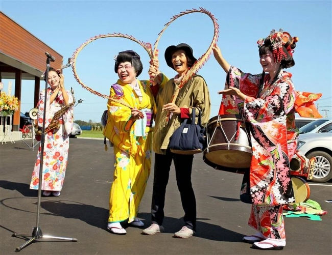 日本一のチンドン屋が開店盛り上げ JA中札内村直売所