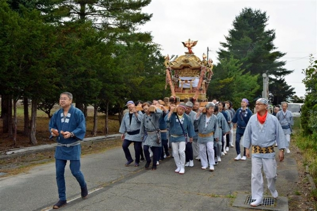みこし練り歩く 池田神社秋季祭典 会の岩本さん追悼の思いも