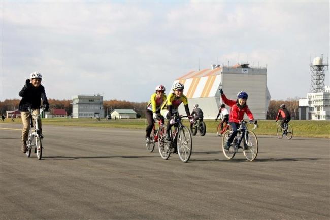 滑走路で初の自転車イベント 大樹航空公園