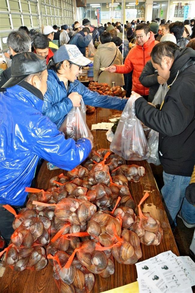 カニやシシャモ求め大盛況 大津港大漁まつり