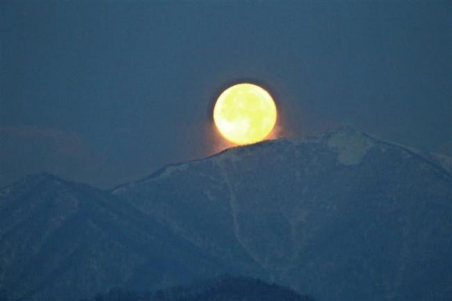 夜空に明るく存在感 今年一番大きな満月