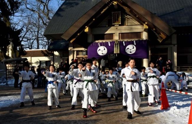突きや型を奉納 田浦流空手道帯広支部が帯廣神社で稽古始め