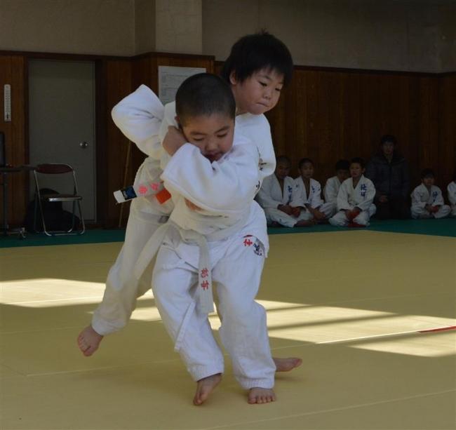 17人が熱戦 柔道少年団鏡開き大会 池田