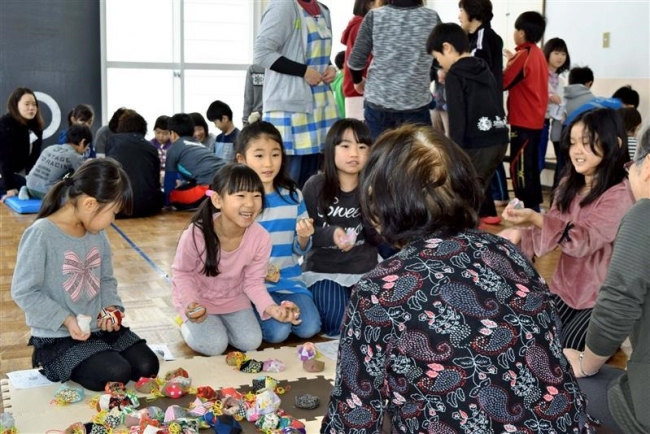 懐かしの遊びで児童と交流 音更の更生保護女性会
