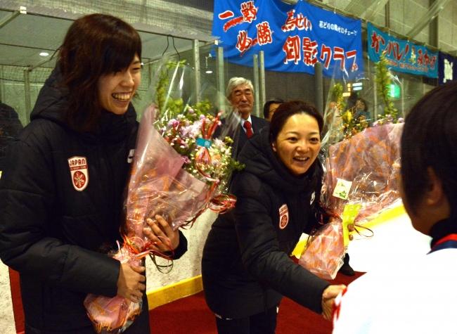 子どもたちが女子アイスホッケー代表小野さん近藤さんにエール