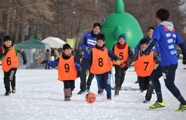 雪上サッカーに歓声 おびひろ氷まつり2日目