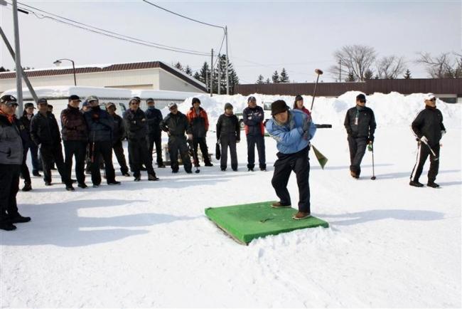 忠類の雪中パークゴルフにぎわう 幕別