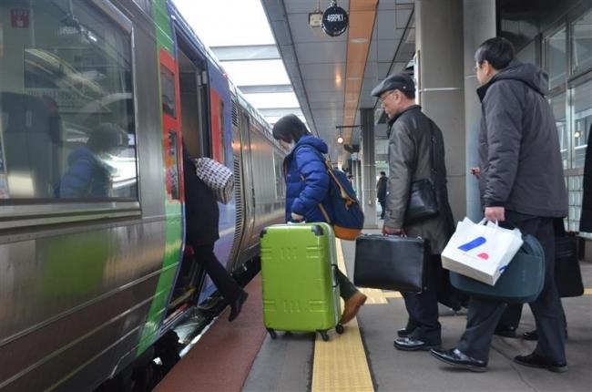 JR特急列車が運行再開 300人乗車で混雑