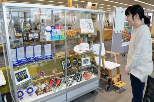 高木姉妹のスケート靴や過去のメダル展示 幕別町役場