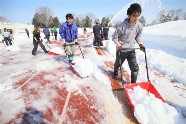 オープンに向け準備着々 帯広の森陸上競技場で除雪