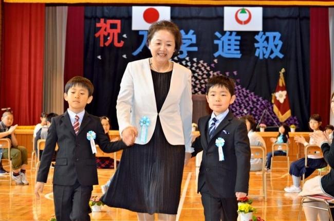 2人が元気に仲間入り 閉校する士幌新田小で最後の入学式