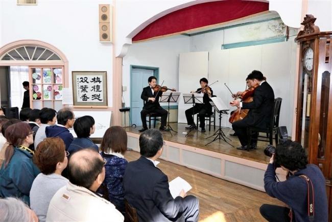 美しい音色に聴き入る 旧双葉幼稚園舎でコンサート