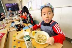 学校給食にウニ炊き込みご飯 広尾漁協が無償提供