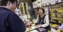 【WSJ】東京の小さなゲーム店、閉店の日に訪れた客は