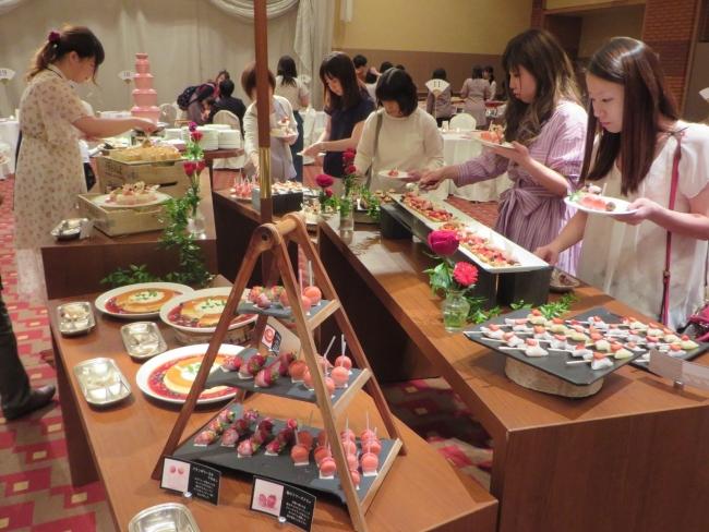 ストロベリーのデザートを堪能 北海道ホテルでブッフェイベント