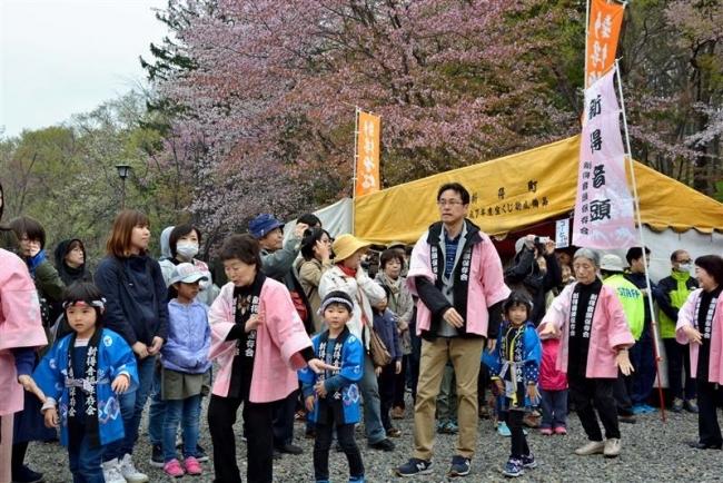 桜の下で和やかに花見 新得神社山桜まつり