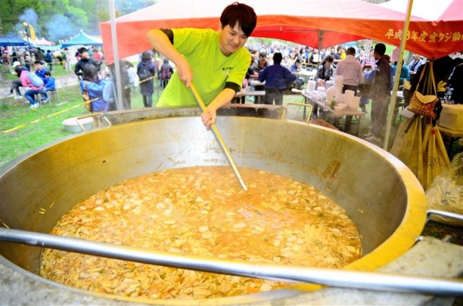 ジャンボ義経鍋に長蛇の列 本別つつじ祭り