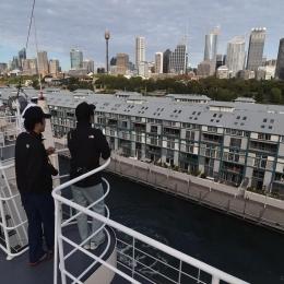 「しらせ」からシドニーの街並みを見る観測隊員ら