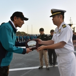 門倉隊長に記念の盾を手渡す大鋸寿宣艦長